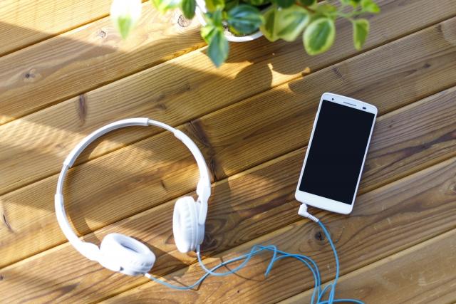 【耳で読む!】話題のオーディオブック! オススメの配信サイト/アプリを比較・紹介!